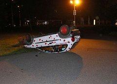 Majitelka měla zaparkovaný vůz převrácený na střechu.