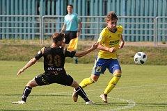 Fotbalisté Zlína (ve žlutých dresech) v úvodním letním přípravném zápase remizovali na hřišti ve Spytihněvi s druholigovým Znojmem 0:0.