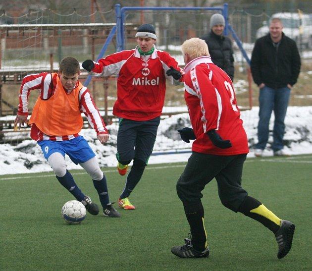 Poskládaní (v oranžovém) proti Mikel. Ilustrační foto