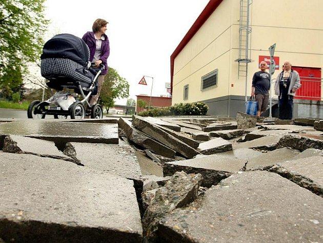 Asi dva metry zdevastovaného chodníku na ulici Tyršovo nábřeží ve Zlíně znemožňují přejít bezpečně křižovatku. Pro výraznou nerovnost povrchu, jež zapříčiňují rozlámané dlaždice, musí chodci před přechodem uhnout do silnice.