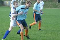 První tým skupiny A Příluky (v modrém) se v domácím utkání proti Dolní Bečvě na vítězství hodně nadřel.