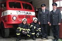 Hasiči z Hrádku. Starosta sboru Libor Juřík (první zleva) je na svou jednotku patřičně pyšný.