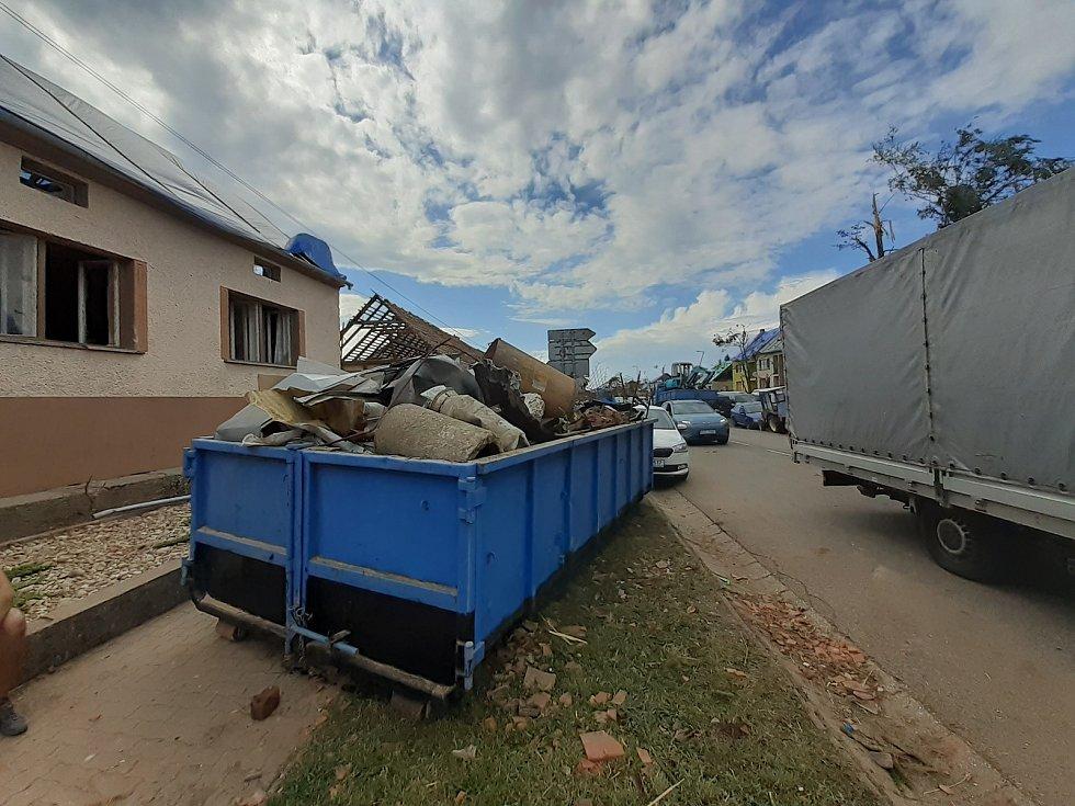 Moravská Nová Ves, sobota 26. června 2021. Přijely desítky dobrovolníku pomáhat s odstraňováním s následky čtvrtečního tornáda, které se prohnalo obcí.