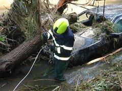 Hasiči pracovali na vytažení osobního vozu z řeky Vláry u města Brumov-Bylnice na Zlínsku.
