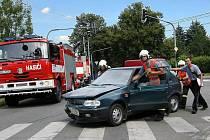Odklízení vozidla, které havarovalo a následně hořelo na ulici Dlouhá ve Zlíně.