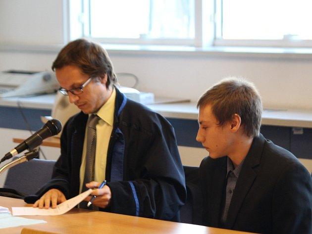 Obžalovaný Petr T. se svým právním zástupcem u krajského soudu ve Zlíně. Ilustrační foto.