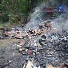 Plameny zničily celou chatku. Její uživatel byl lehce popálen