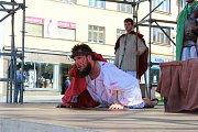 V sobotu 1. dubna 2017 sehrála křesťanská mládež na zlínském náměstí Míru muzikál Až na smrt!, který připomněl události blížících se Velikonoc.  Akce byla součástí víkendového setkání křesťanské mládeže, přijela na něj více než tisícovka účastníků.