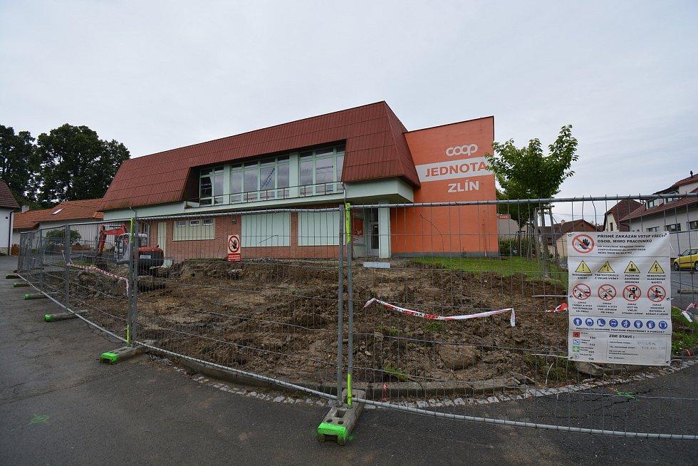 Vesničce Újezd na Zlínsku chybí podle místních snad jen moře. Na snímku z 26. budování parkoviště před obchodem.