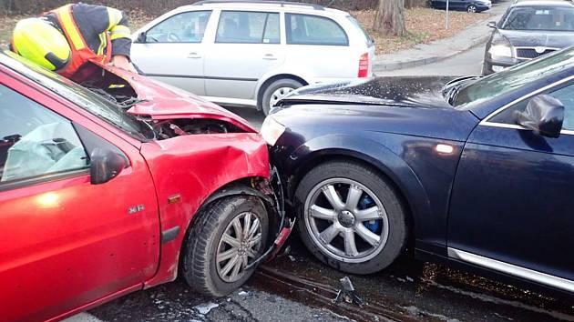Srážka tří aut u zlínských lázní