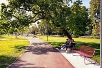 """Park Komenského ve Zlíně veřejný městský park obnovený na území, které se stalo živým prostorem mezi """"starým"""" a """"novým"""" Zlínem. Zásadní proměnou prošla i ulice Školní."""