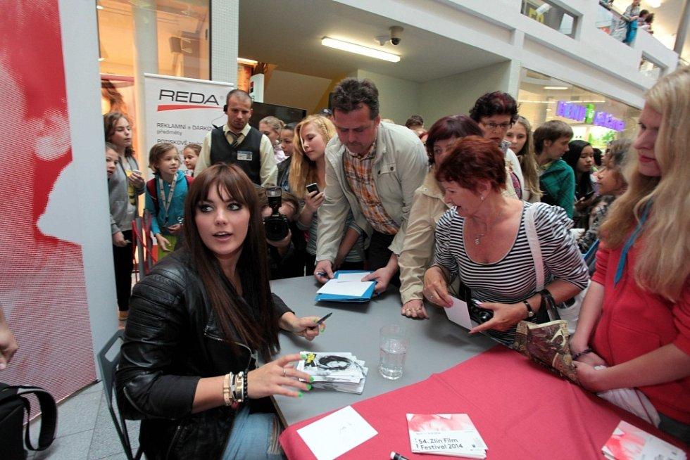 FILM FEST 2014  Autogramiáda zpěvačky Ewy Farne v obchodním centru Zlaté jablko ve Zlíně.
