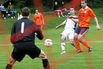 Fotbalisté Příluk B (v oranžovém) proti Fryštáku B