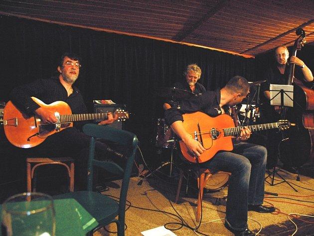 Jazzová kapela Gitans Blancs.