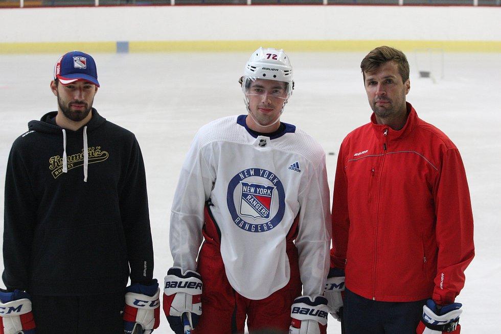 Hokejový útočník New Yorku Rangers Filip Chytil se společně se svým agentem Jaroslavem Balaštíkem a starším bratrem Liborem trénoval na zimním stadionu v Uherském Hradišti.
