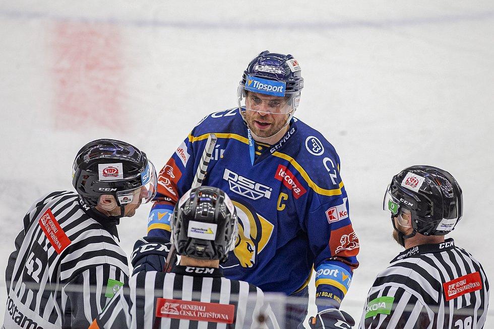 Hokejisté Zlína (v modrém) v úterý večer na Zimním stadionu Luďka Čajky porazili Bílé Tygry z Liberce 4:3 po nájezdech, když se o rozdílovou trefu postaral Zdeněk Okál. Na snímku kapitán Žižka.