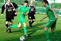 Fotbalisté Velkých Karlovic a Karolinky (v zeleném, zprava Josef Mikula a Ondřej Haas).