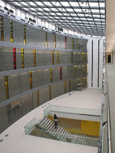 Univerzita Tomáše Bati získá v nové stavbě nové sídlo rektorátu a místo pro knihovnu a studovny. Skleněná střecha zajišťuje dostatek světla. Zevnitř jsou horolezecké úchyty, které umožní čistit obrovskou skleněnou stěnu.