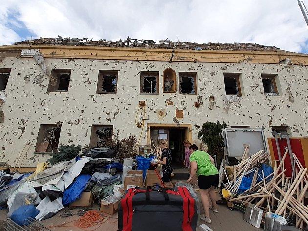 Moravská Nová Ves, sobota 26.června 2021.Přijely desítky dobrovolníků pomáhat sodstraňováním snásledky čtvrtečního tornáda, které se prohnalo obcí.