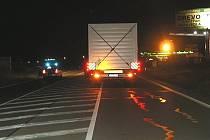 Šedesátiletý řidič kamionu se vyhýbal dívce, která šla po pravé straně silnice, a přehlédl jejího přítele, který zrovna přecházel cestu. Muž byl na místě mrtvý.