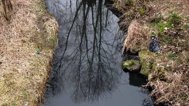 Zapáchající černá voda v potoce. Hasiči nakonec zasahovat nemuseli.