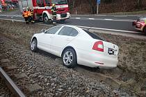 Ve Zlíně sjelo samovolně vozidlo do příkopu.