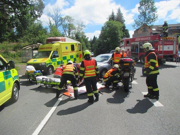 Auto se srazilo s motorkou. Nehoda si vyžádala dva zraněné