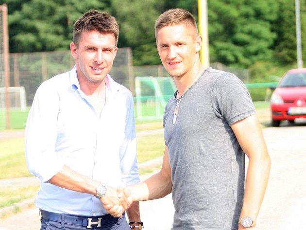 Sportovní manažer Fastavu Zdeněk Grygera vítá posilu Lukáše Železníka.