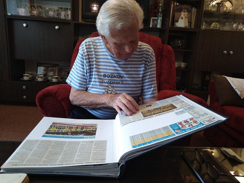 Vladimír Bednařík Březnice na Zlínsku se celý život zabývá tvorbou kronik o zlínském hokeji. Do své první (menší foto vlevo) z roku 1958 ještě ručně vepisoval výsledky.
