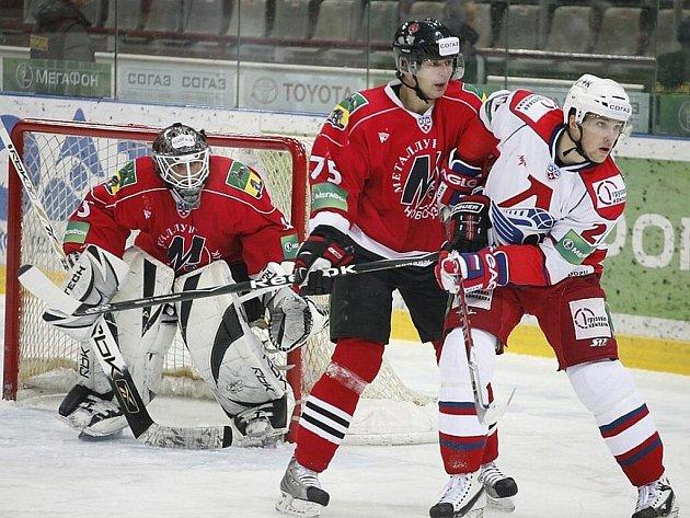 Nyní již bývalý zadák Metallurgu Novokuzněck Jiří Marušák (v červeném) brání svého soupeře Gennadyho Churilova z Jaroslavle.