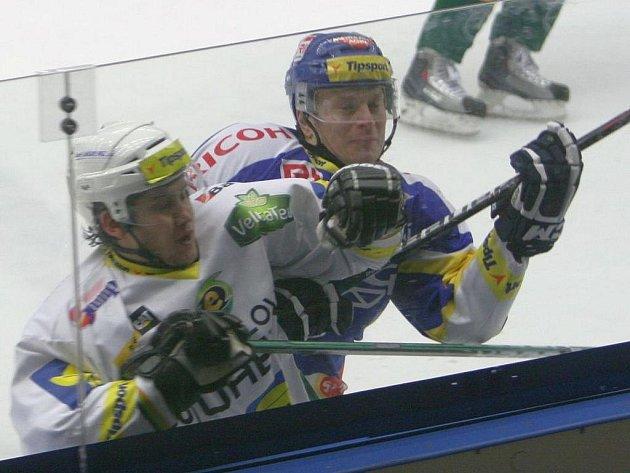 Extraligoví hokejisté Zlína (v modrém) nastoupili ve 49. kole nejvyšší soutěže proti Karlovým Varům. Pavel Kubiš (v modrém) proti Václavu Pechovi.
