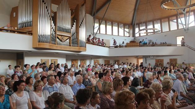 Kostel Svaté rodiny. Na arcibiskupa se přišla podívat spousta lidí. Mnozí z nich dokonce stáli
