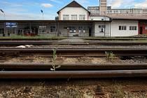 Vlakové nádraží ve Zlíně čeká v budoucnu přestavba. Budova v blízkosti rozsáhleho autobusového nádraží získá modernější podobu, chybět nebude ani podchod a rozšíření počtu kolejí.
