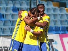 Fotbalisté Zlína (ve žlutých dresech) zakončili letošní sezonu domácím duelem s Libercem