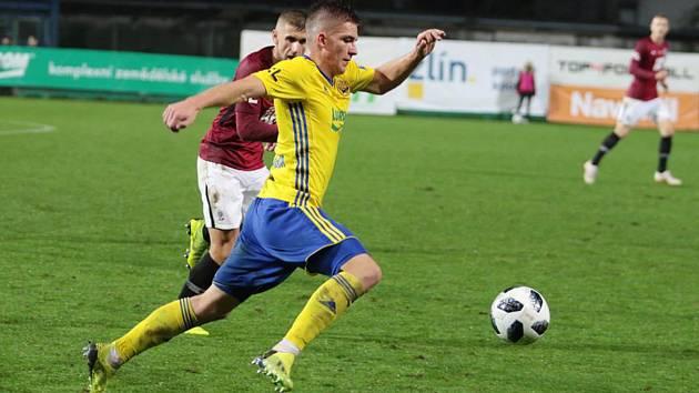 Dvacetiletý fotbalista Libor Holík (ve žlutém dresu) se proti Spartě blýskl výborným výkonem.