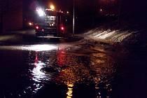 Na parkovišti v ulici Okružní na Jižních Svazích ve Zlíně došlo k havárii vody. Noční zásah hasičů zabránil zaplavení sklepů několika blízkých panelových domů.