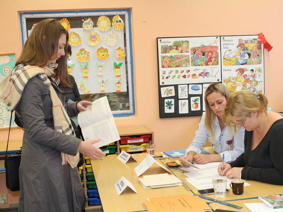 Volby v pátek 7. října 2016 ve dvou volebních okrscích umístěných v budově otrokovické Základní školy T. G. Masaryka.