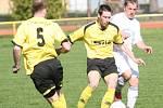 Fotbalisté Tečovic ( ve žlutém) proti Fryštáku.