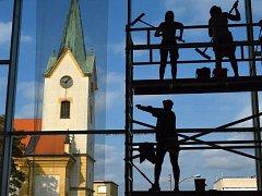 VE VÝŠKÁCH. Specialisté na výškové práce umývají venkovní rámy a okna prosklené části hlavní budovy. Musejí zvládnout 1574 m² plochy