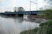Nános větví ohrožoval průtok vody v Napajedlích