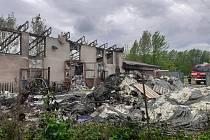 Pondělní požár skladu se zdravotnickým materiálem v Napajedlích si vyžádal mnohamilionové škody.