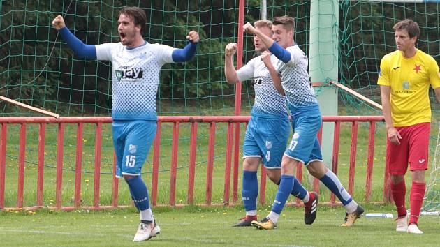 Derby fotbalistů Otrokovic (v bílých dresech) s Kroměříží