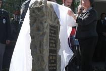 Pomník, který je věnovaný dvěma mužům Stanislavu Janečkovi a Josefu Bětíkovi, jež zabilo v roce 1941 gestapo, odhalila dcera prvního z nich paní Ludmila Stejná.