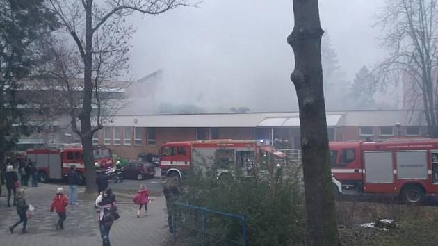 Od fritovacích olejů se požár rozšířil až na střechu. Někteří studenti už oběd v menze v Hradské ulici ve Zlíně nestihli.