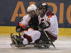 Sledgehokejisté Lapp Zlín (ve tmavém) ve 2. duelu semifinále play-off v sobotu porazili Spartu Praha 5:0 a postoupili do boje o titul.