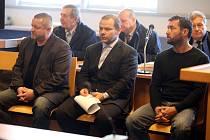 Projednávání obchodování s nelegálním lihem u krajského soudu ve Zlíně. Na snímku zleva Pavel Čaniga, Dominik Nagya a  Robert Sedlařík.