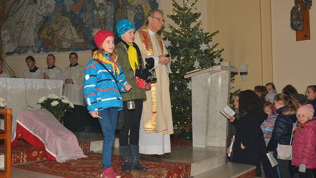 Tradiční Vánoční bohoslužba pro děti a starší lidi ve zlínském kostele svatého Filipa a Jakuba na Štědrý den 24. prosince 2017. Její součástí bylo i přinesení Betlémského světla do kostela.