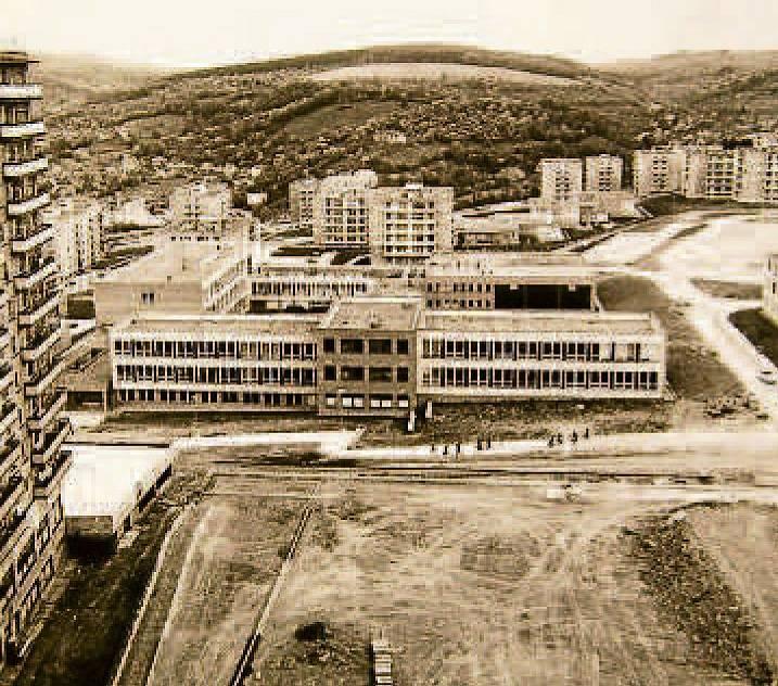16. ZŠ OKRUŽNÍ byla postavena v pořadí jako druhá na sídlišti Jižní Svahy a jako šestnáctá ve Zlíně. První školní rok byl zahájen 1. září 1978. Škola byla původně projektovaná pro 22 tříd. Po pěti letech byla přistavěna další budova s deseti třídami.