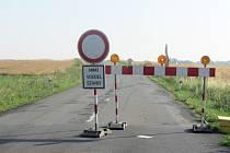 Původní výška vozovky v Jarohněvicích je už snížena zhruba o metr. Úplná uzavírka tady potrvá asi do poloviny září.