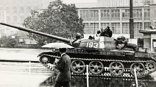 Archivní fotografie z okupace v srpnu 1968.  Sovětské okupační tanky v Luhačovicích.